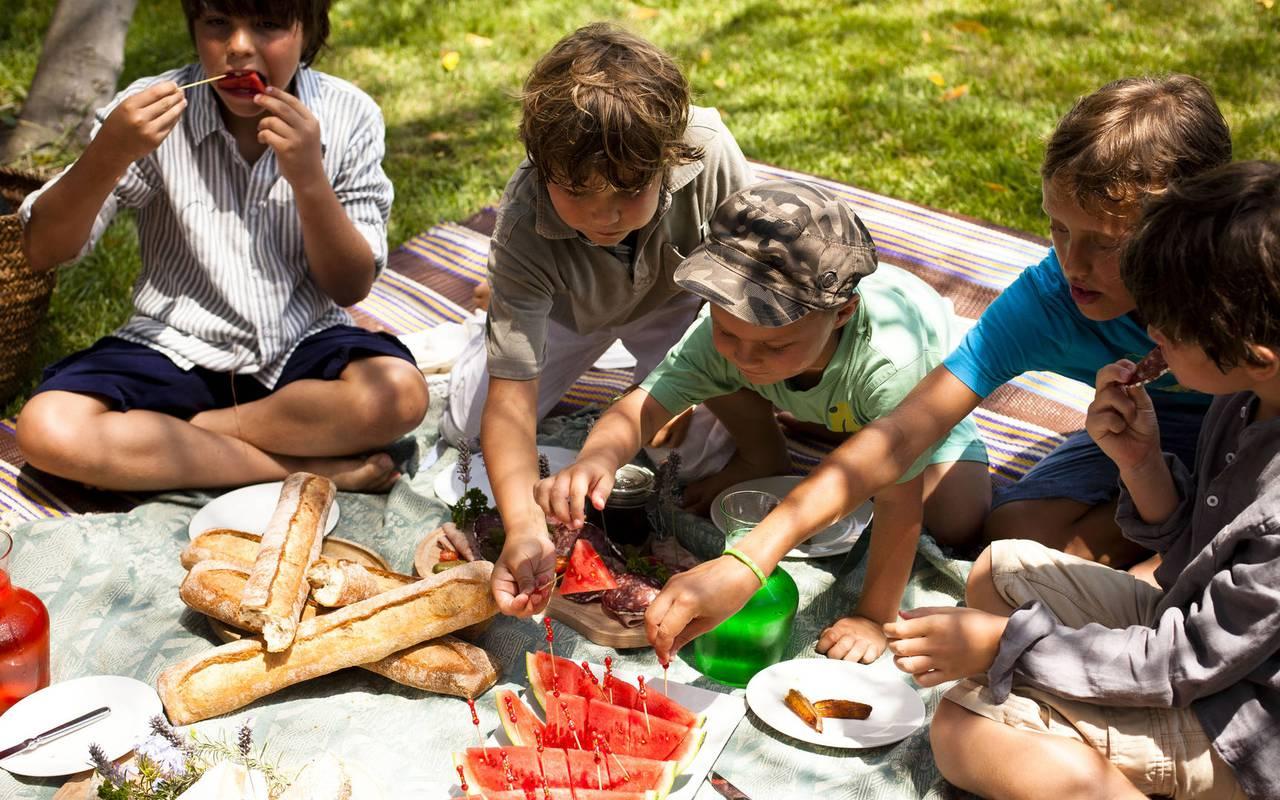 children having a picnic, unusual night in herault, château les carrasses