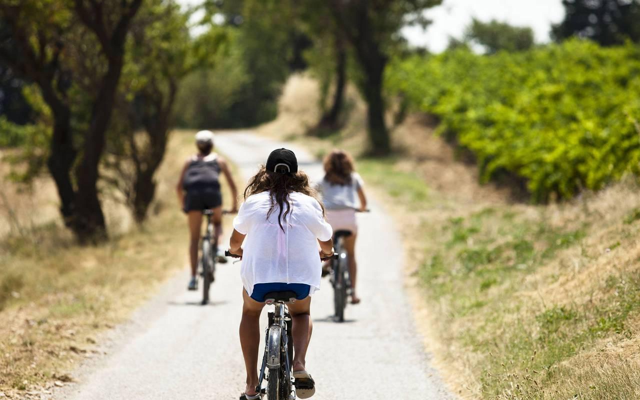 children by bike, unusual night in herault, château les carrasses