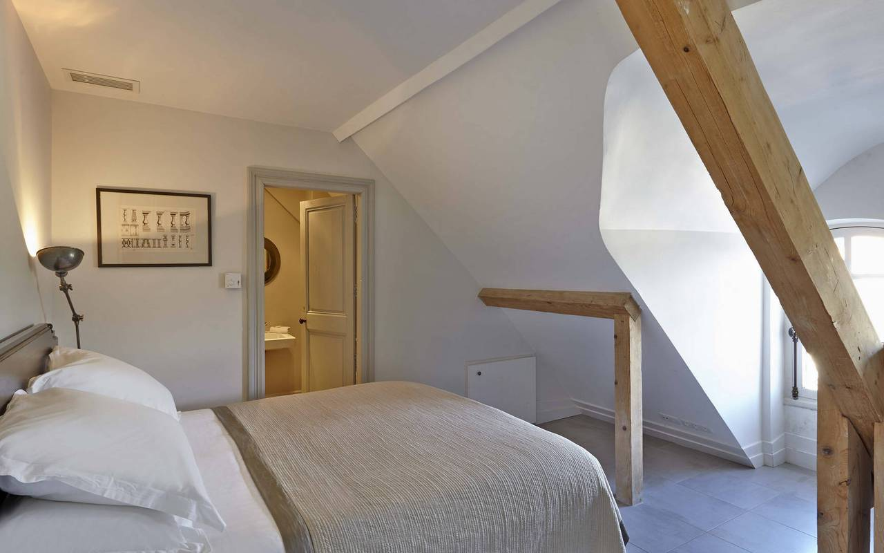 bedroom in the attic, rental house swimming pool narbonne, les carrasses
