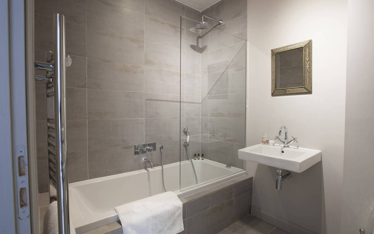 trendy bathroom, vacation rental narbonne, les carrasses