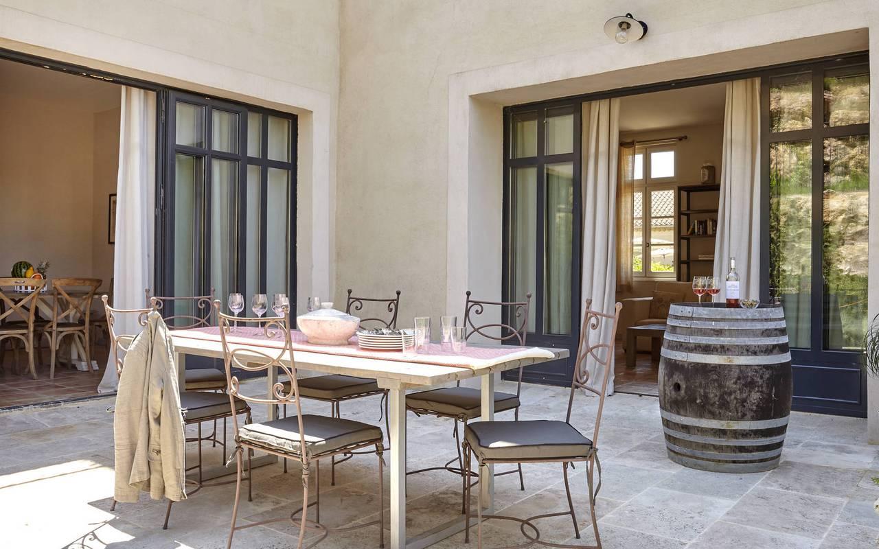 terrace with table, rental villa narbonne, château les carrasses
