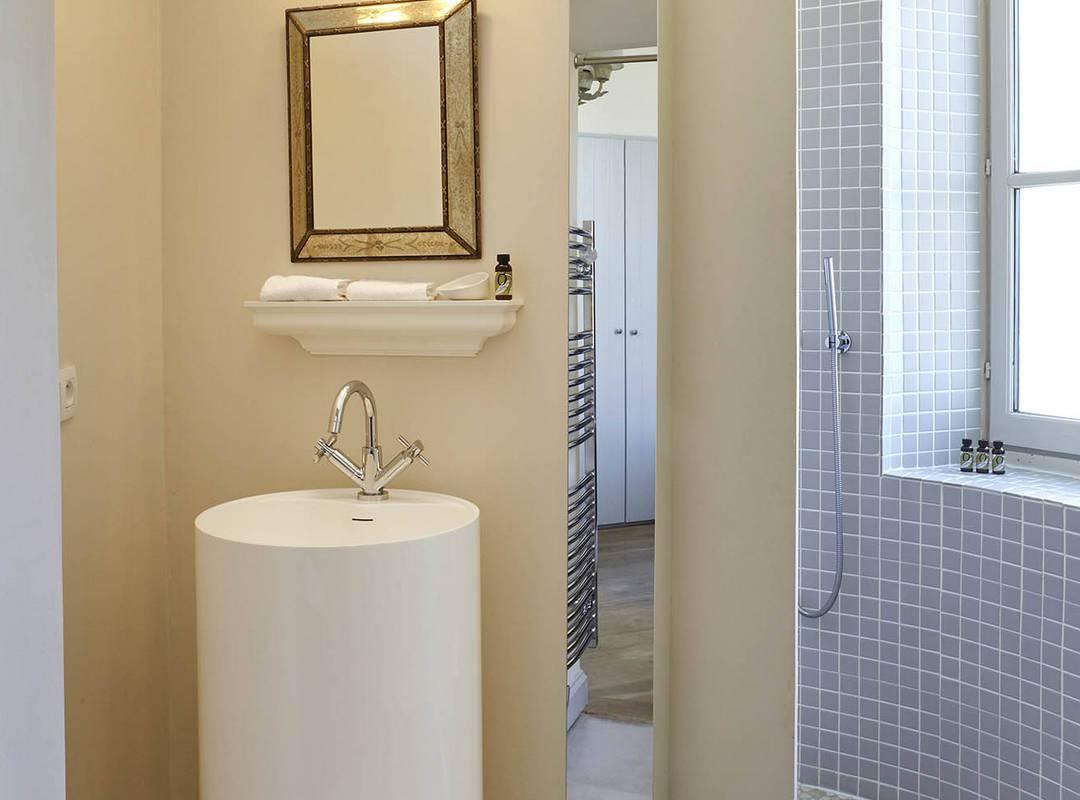 modern bathroom, les carrasses, herault pool house rental