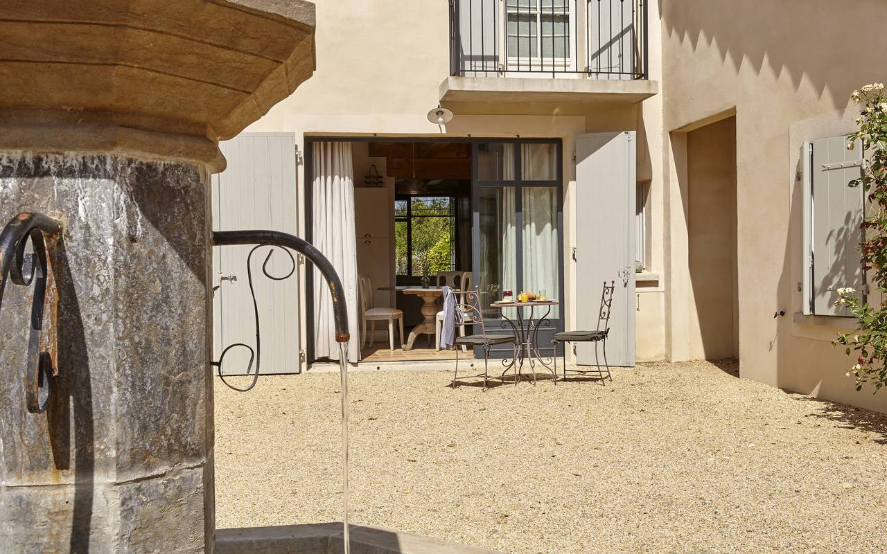 courtyards with fountain, herault house rental with swimming pool, château les carrasses