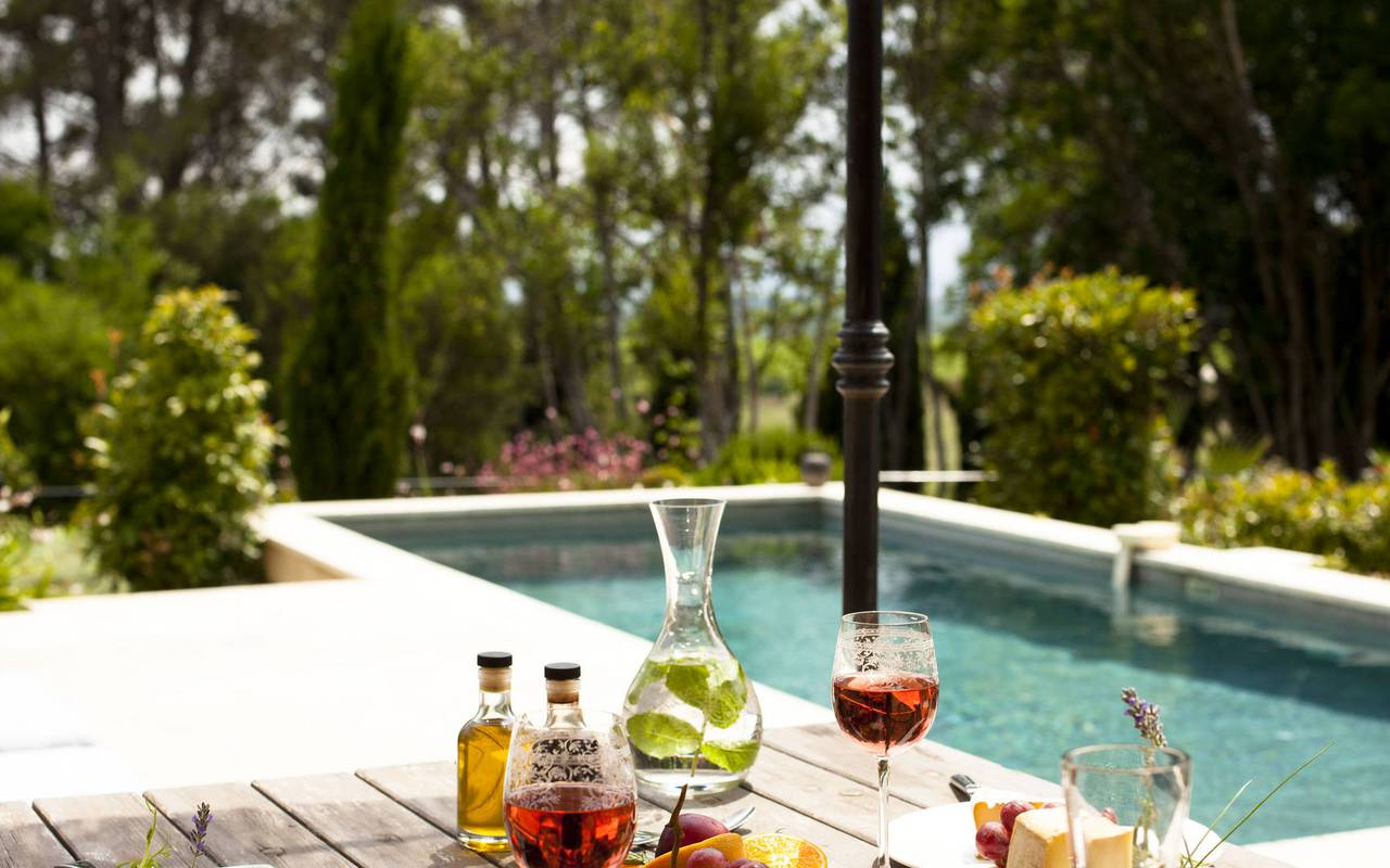 aperitif at the edge of the swimming pool, herault house rental, castle les carrasses