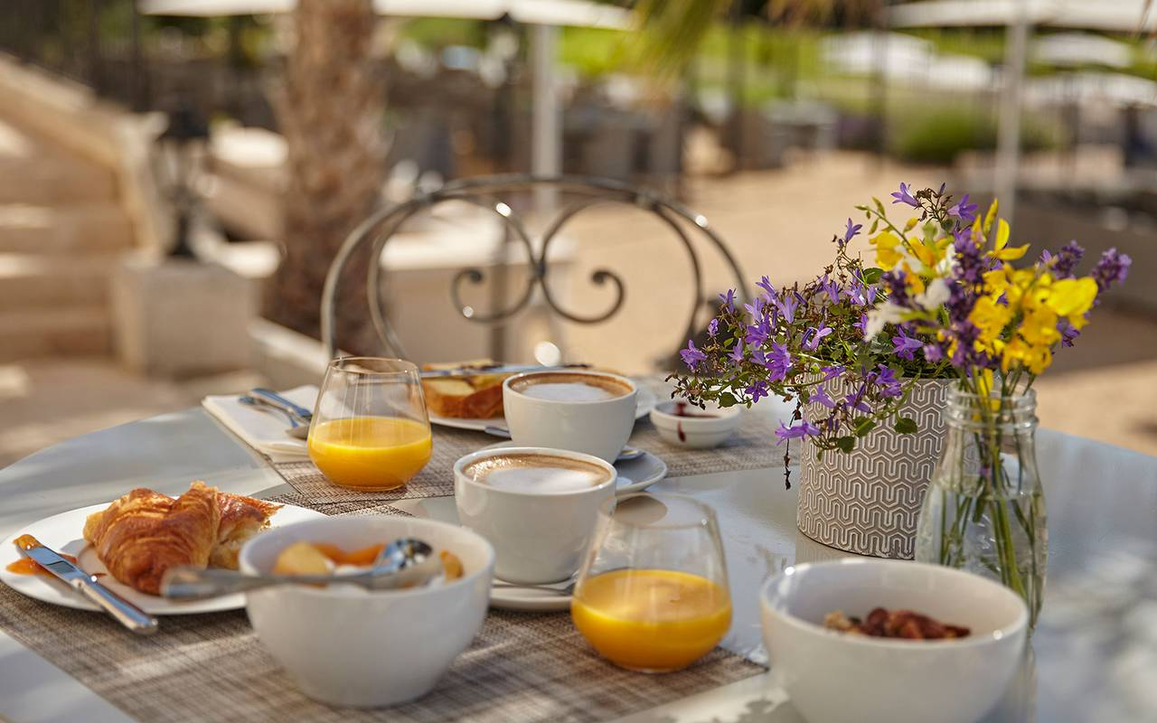 breakfast, herault house rental with swimming pool, château les carrasses