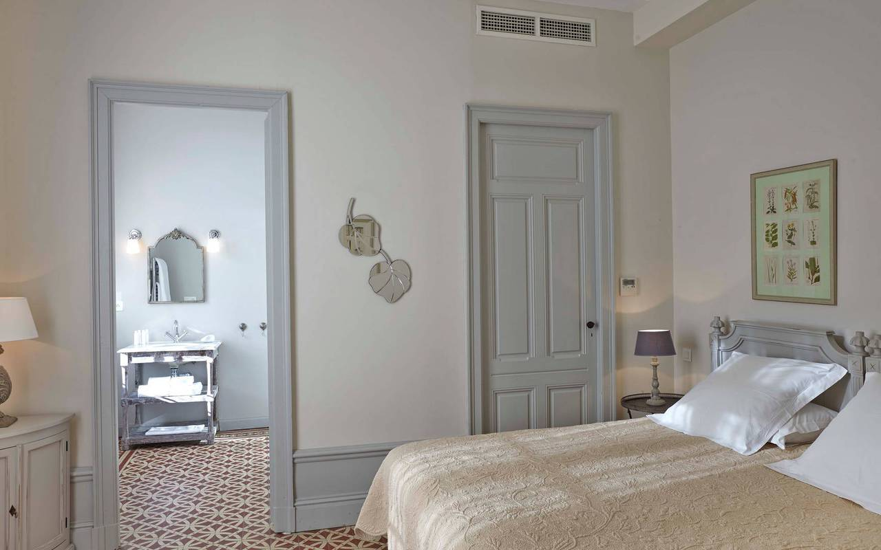 bedroom with bathroom, rental house in Béziers, Les Carrasses