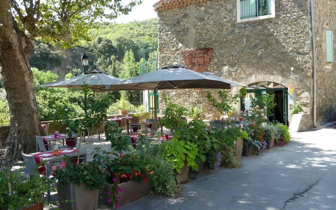 restaurant around the castle les carrasses unusual night in Languedoc