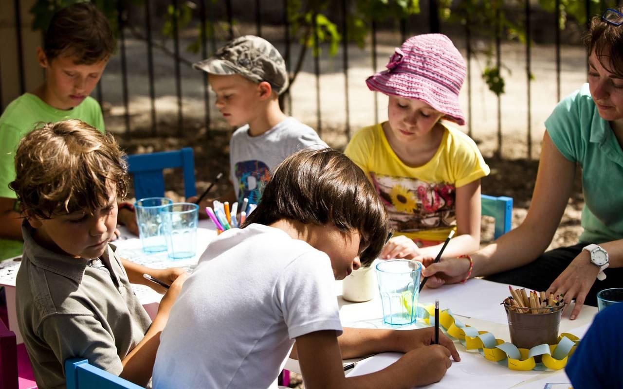 enfants qui dessinent, nuit insolite herault, château les carrasses