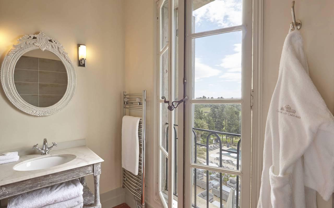 salle de bain avec vue, hôtel château près de Narbonne, Les Carrasses