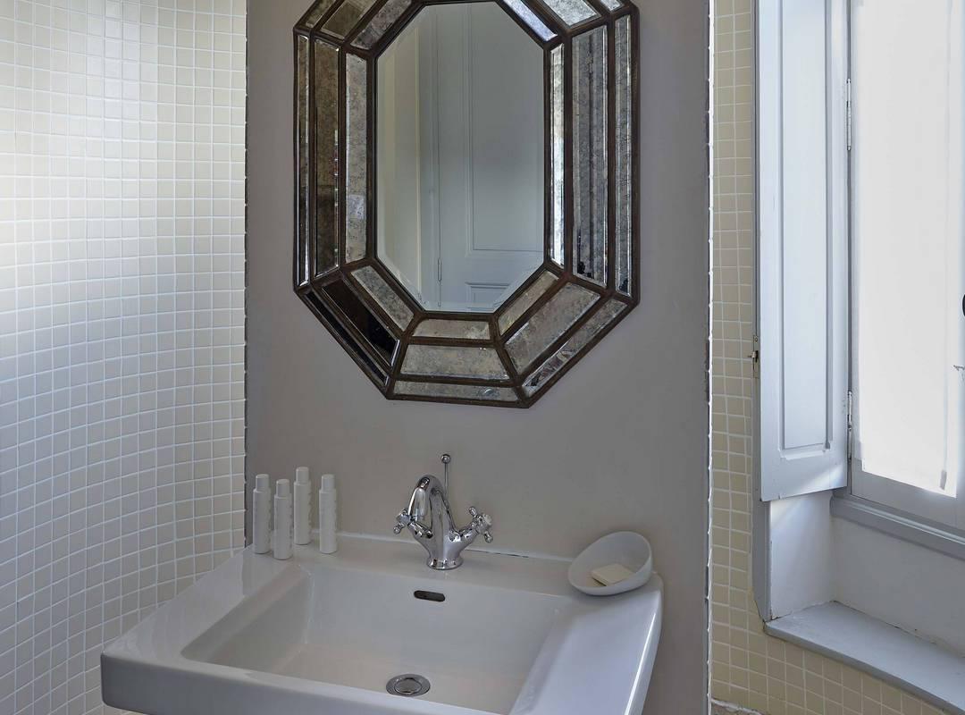 salle de bain épurée, location de maison vers Béziers, Les Carrasses