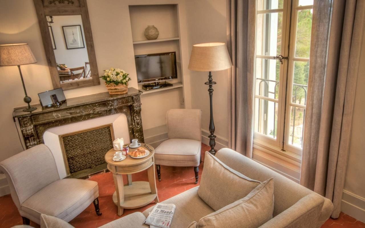 salon avec cheminée, location de maison avec piscine près de Béziers, les carrasses