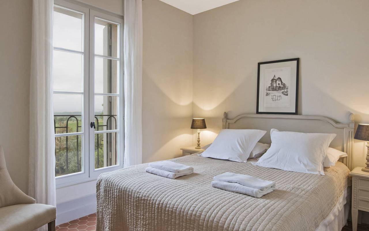 chambre blanche, location de maison avec piscine près de Béziers, les carrasses
