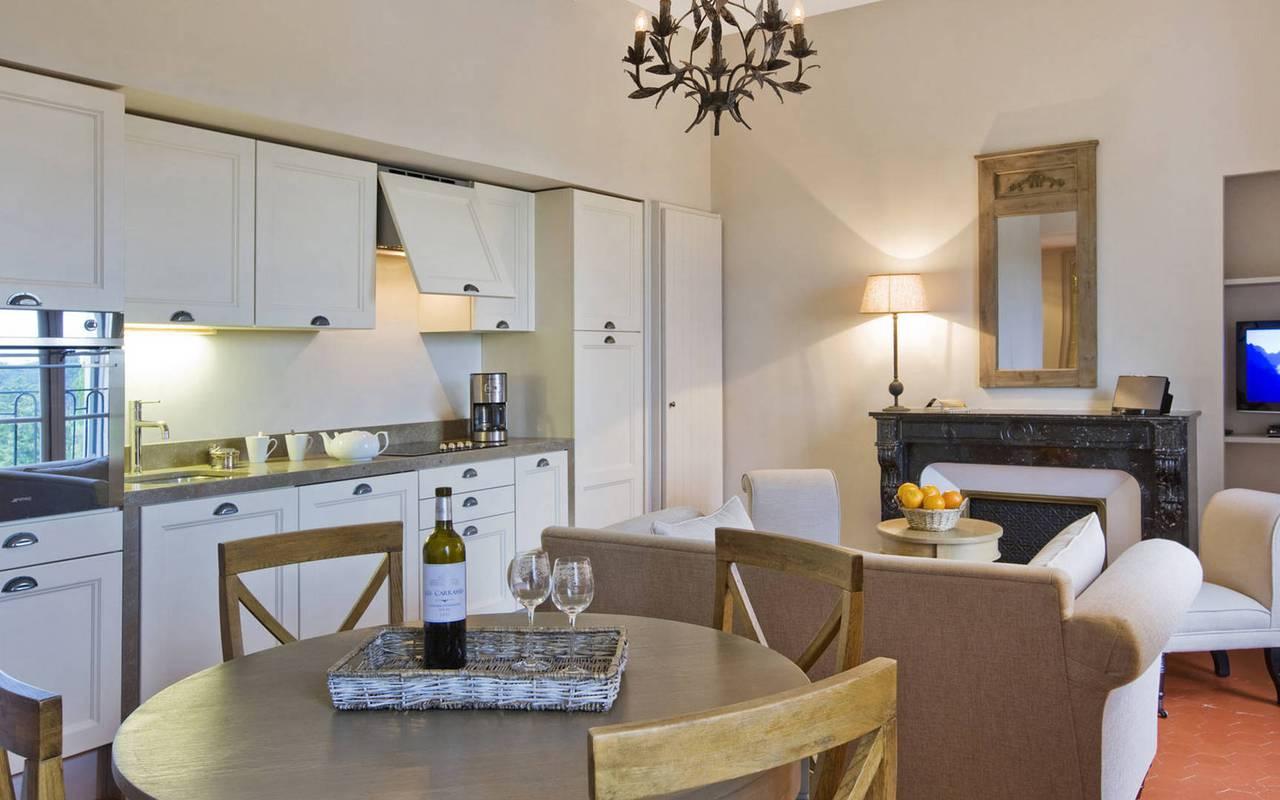 salon avec cuisine, location de maison avec piscine près de Béziers, château les carrasses