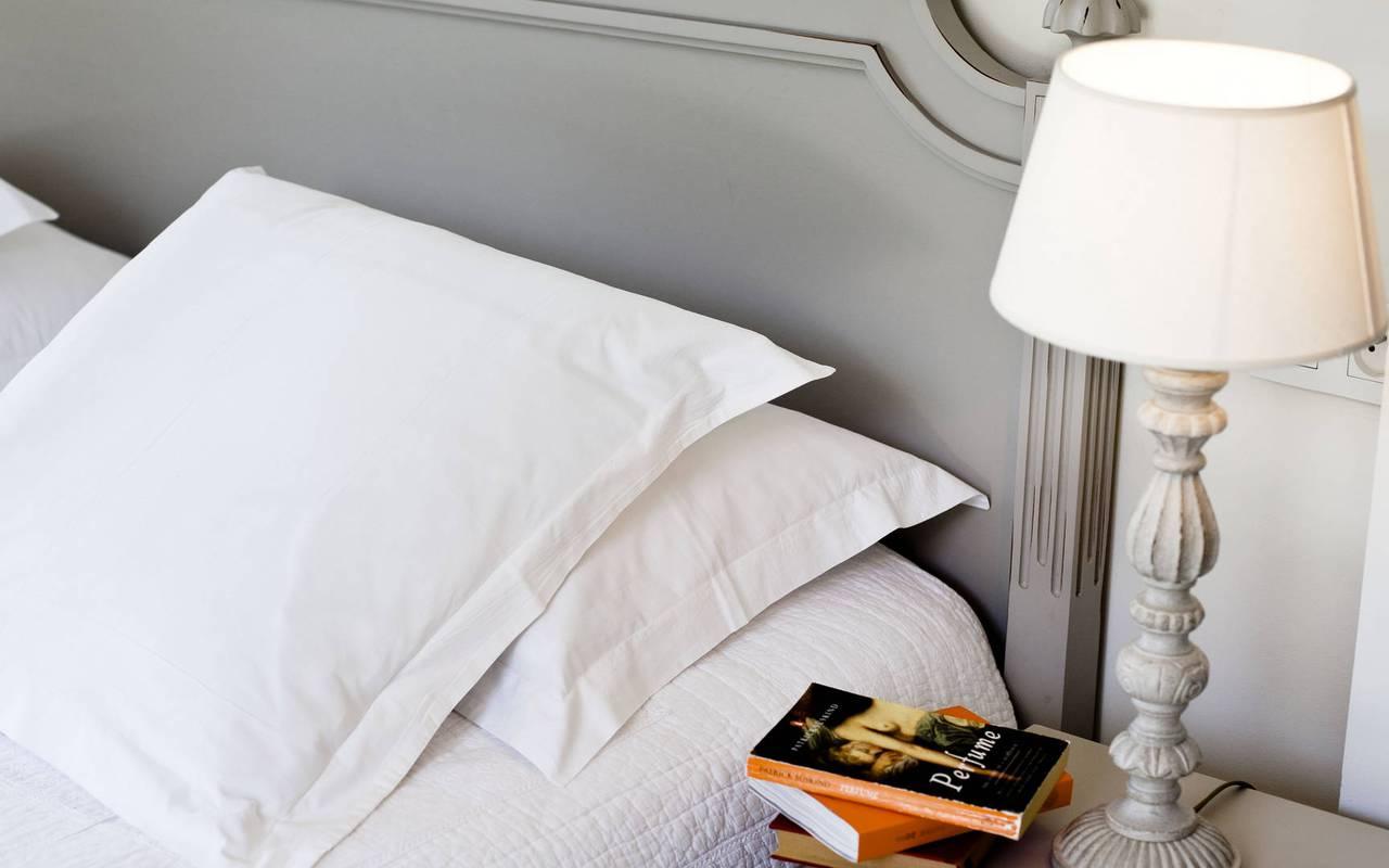 lit et table de chevet, location vacances occitanie, les carrasses