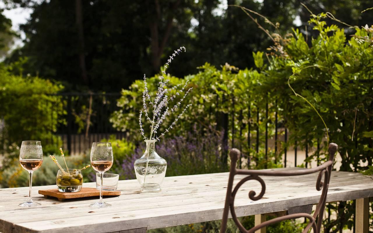 table dans un jardin, location vacances occitanie, les carrasses
