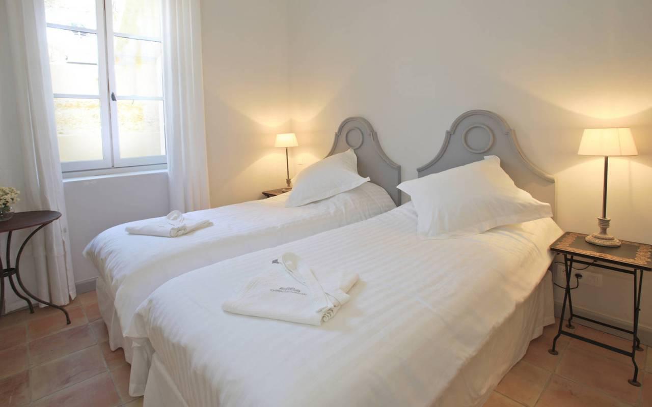 chambre élégante, les carrasses, location vacances herault