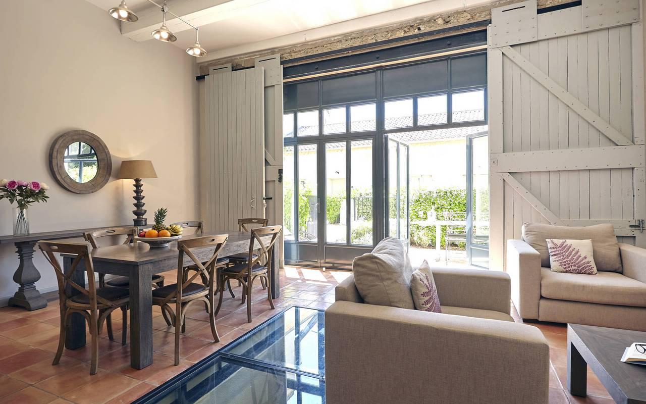 salon avec hauts plafonds, les carrasses, location vacances herault