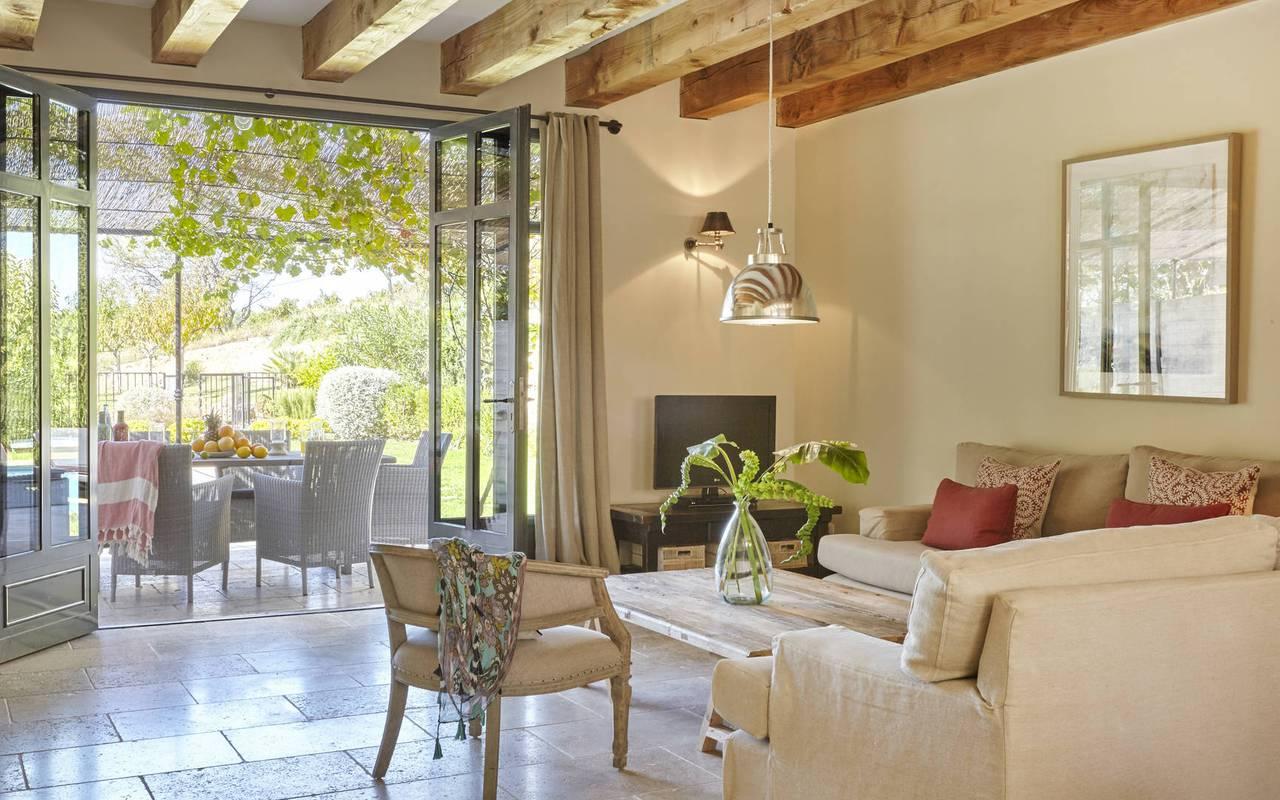 salon avec terrasse,location vacances béziers, château les carrasses