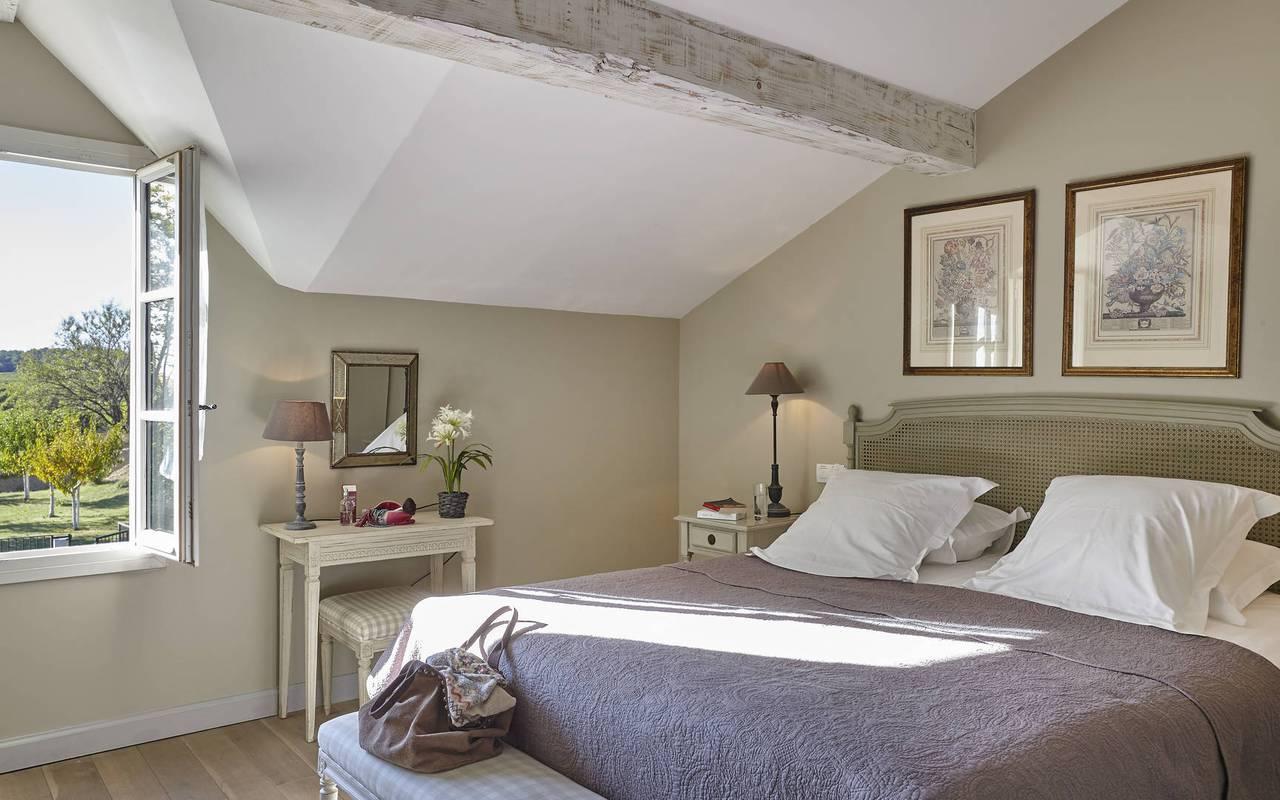 chambre lumineuse, location vacances béziers, château les carrasses