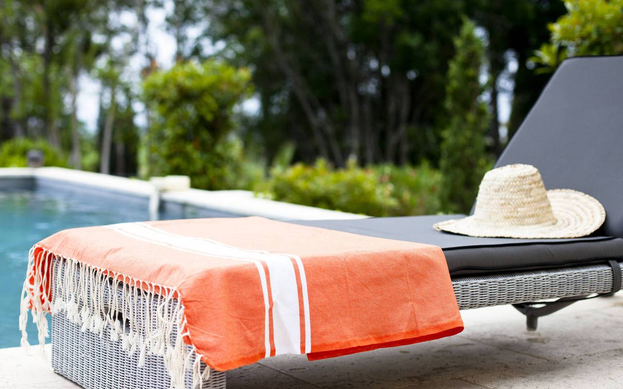 transat confortable avec serviette et chapeau, location maison avec piscine sud de la france