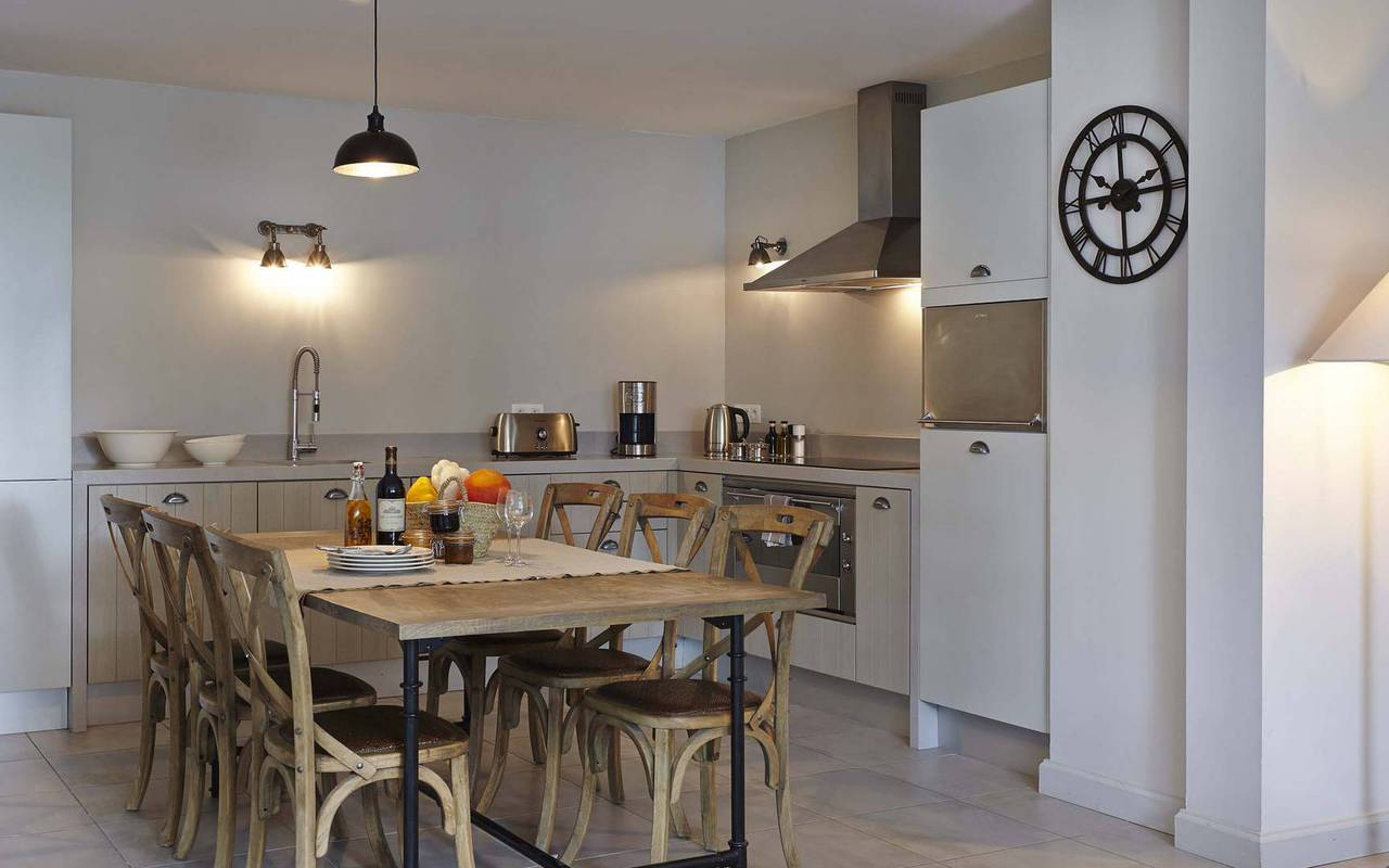 cuisine luxueuse, location maison avec piscine sud de la france