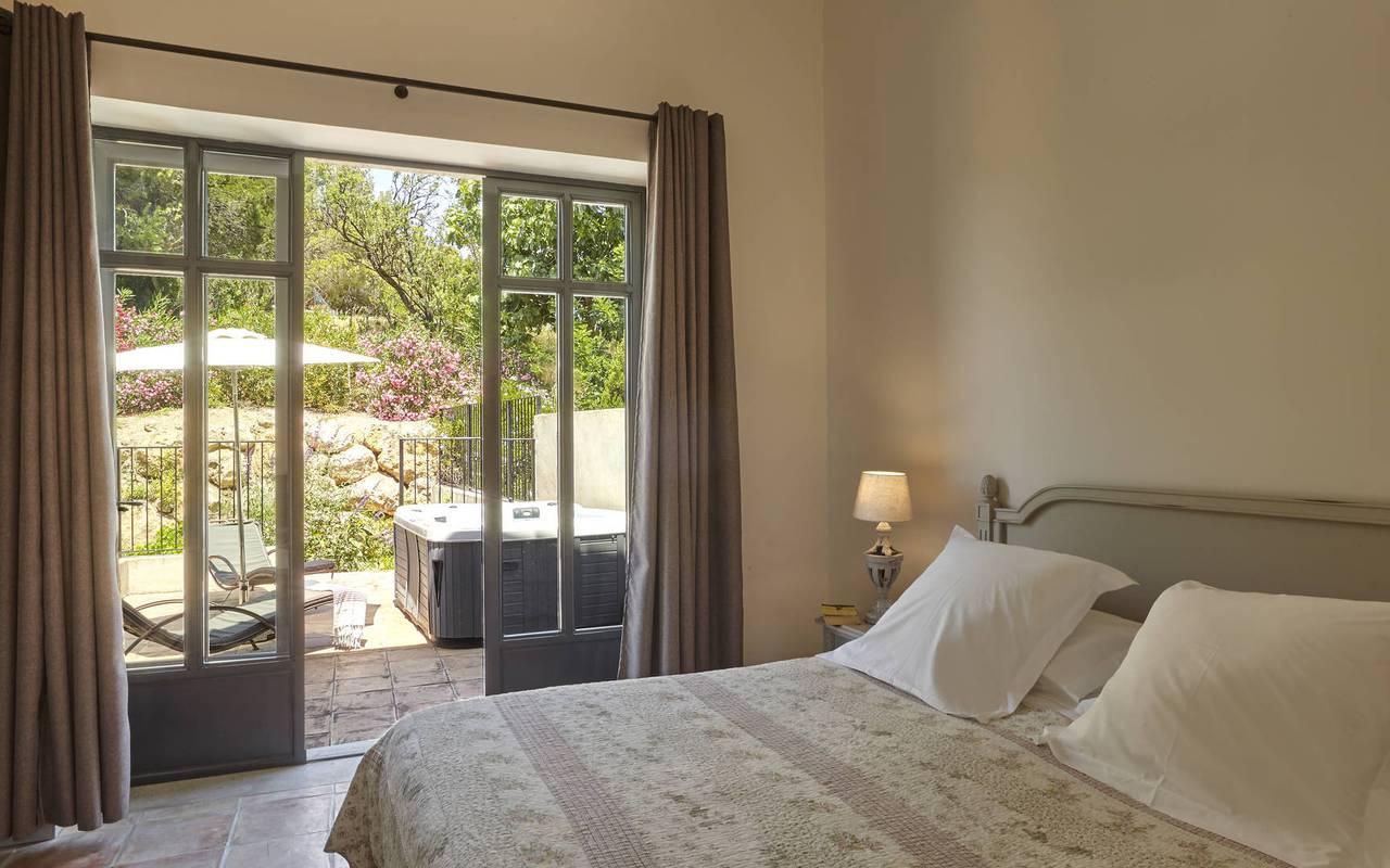 chambre avec terrasse, location villa narbonne, château les carrasses