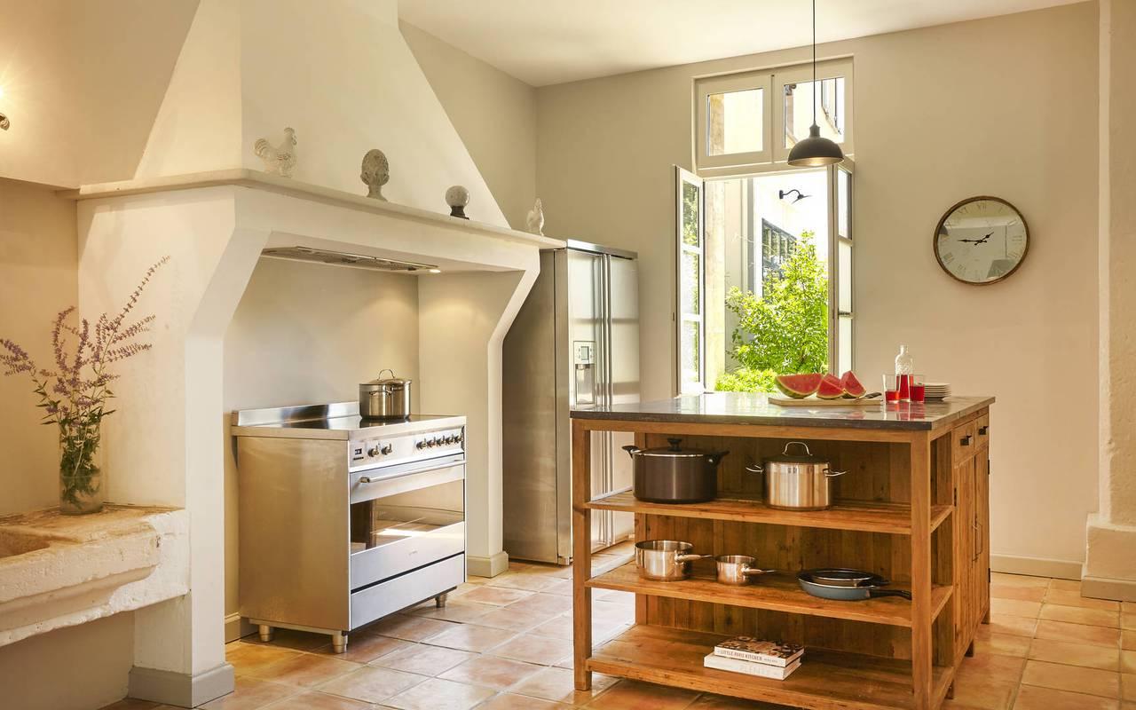 cuisine avec four moderne, location villa narbonne, château les carrasses