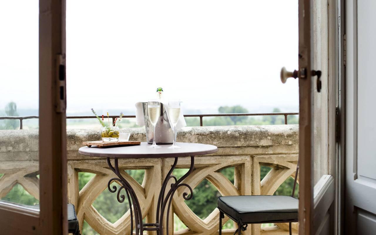 champagne sur le balcon, hébergement insolite herault, les carrasses