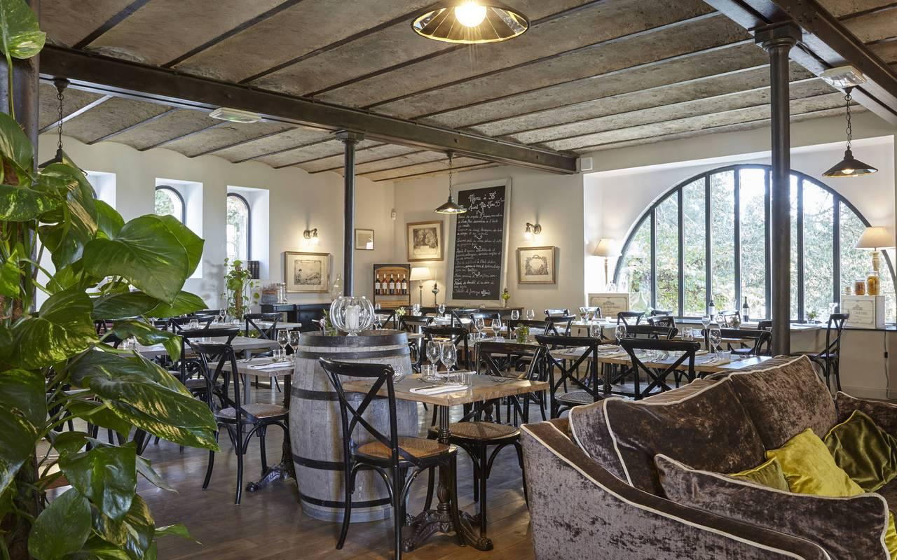 salle de restaurant chaleureuse, restaurant gastronomique Hérault, les carrasses