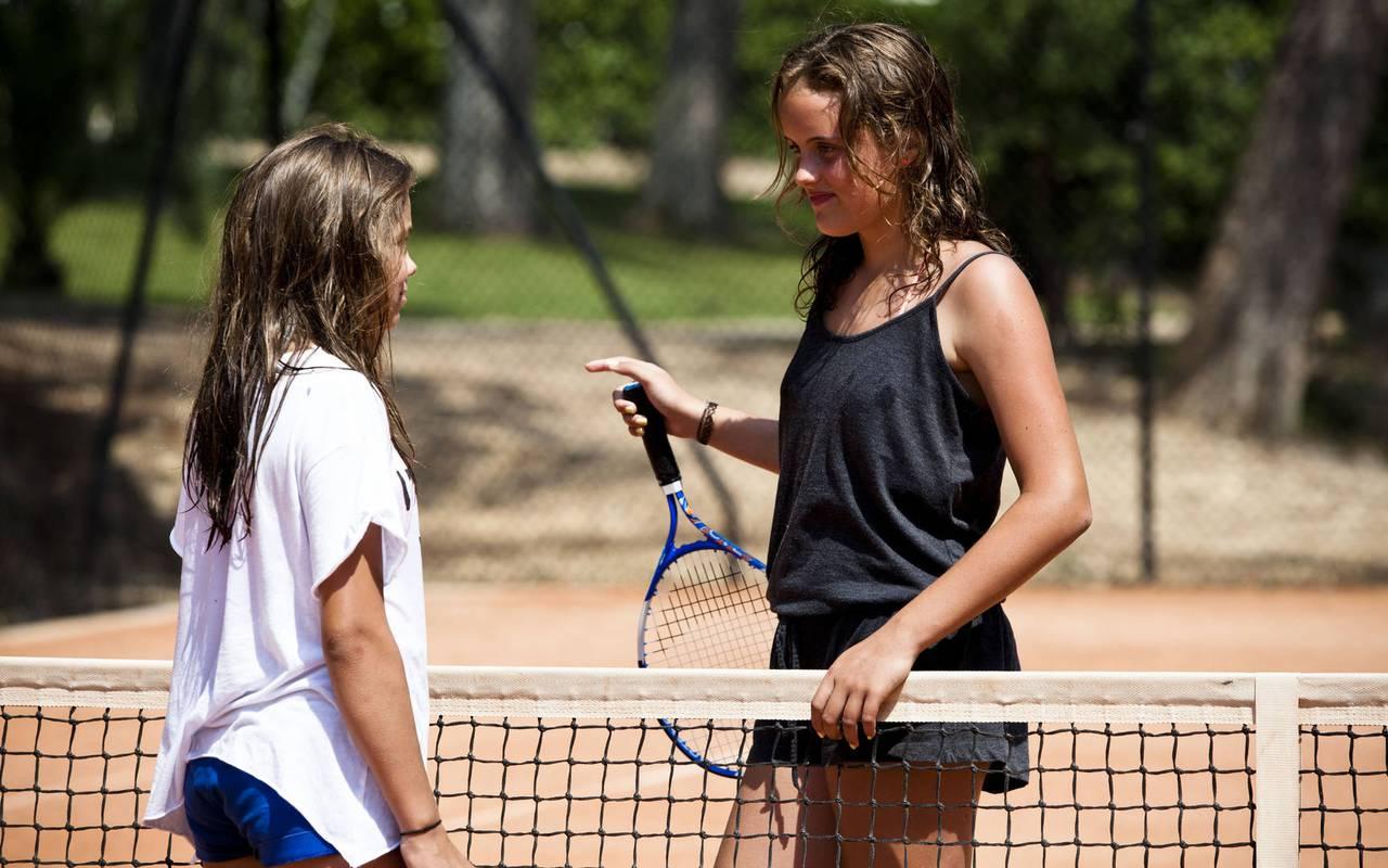 2 filles qui jouent au tennis au château les carrasses, nuit insolite languedoc