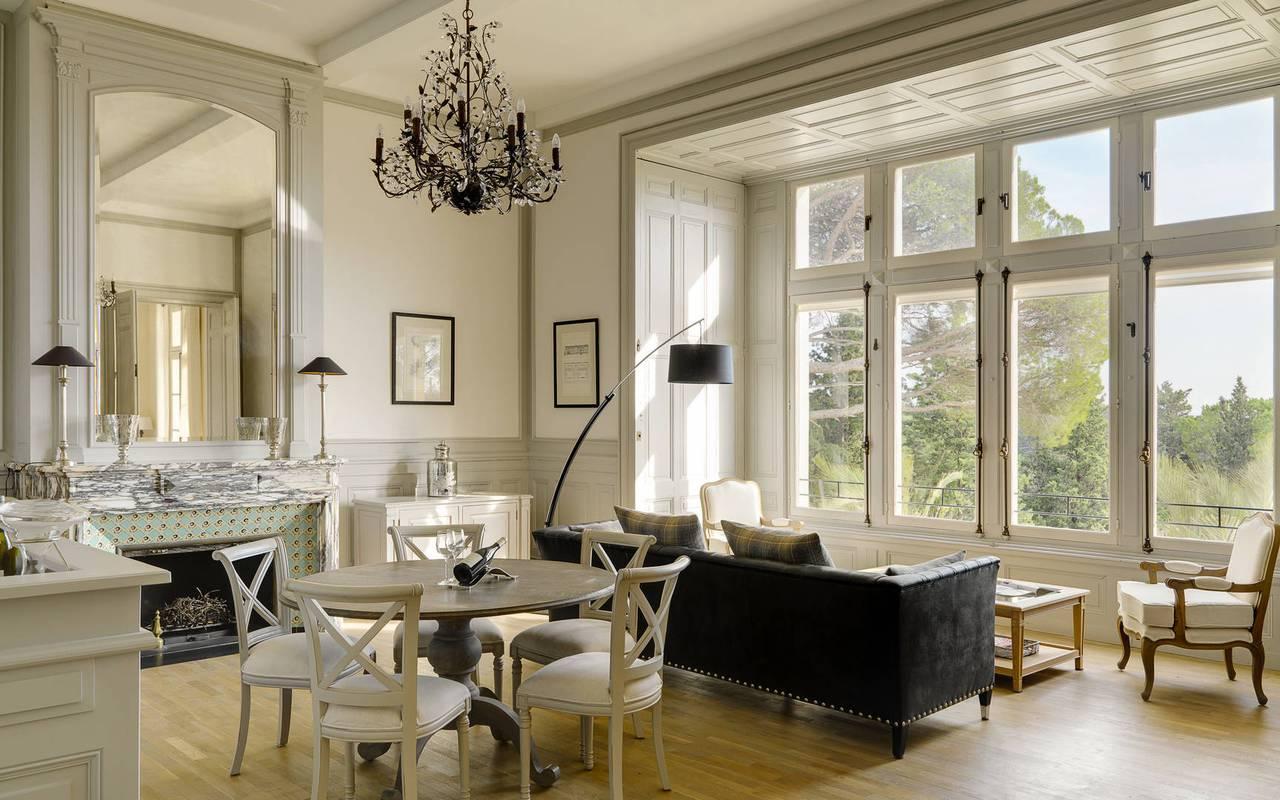 salon lumineux, location maison herault avec piscine, château les carrasses
