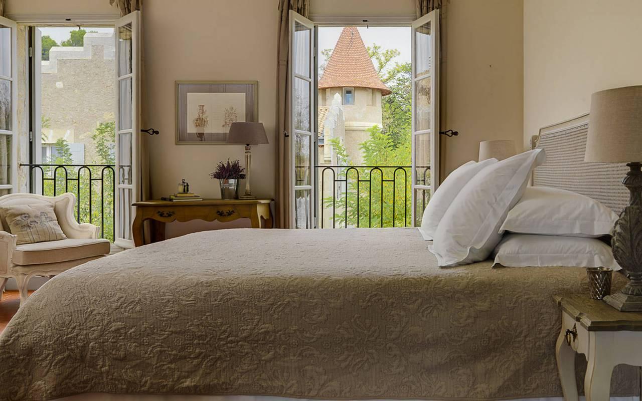 chambre avec grand lit et fenêtre ouvertes, location maison herault avec piscine, les carrasses