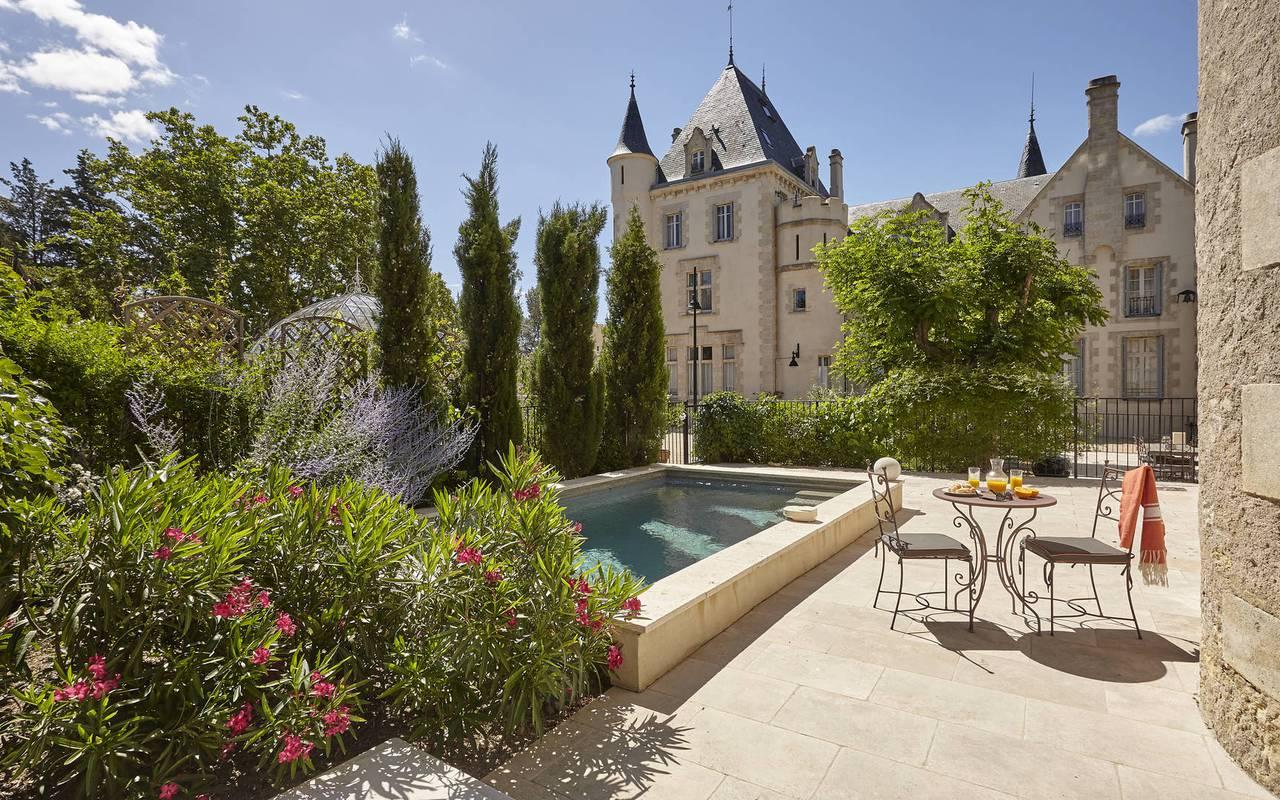 cours avec piscine, location maison herault avec piscine, château les carrasses