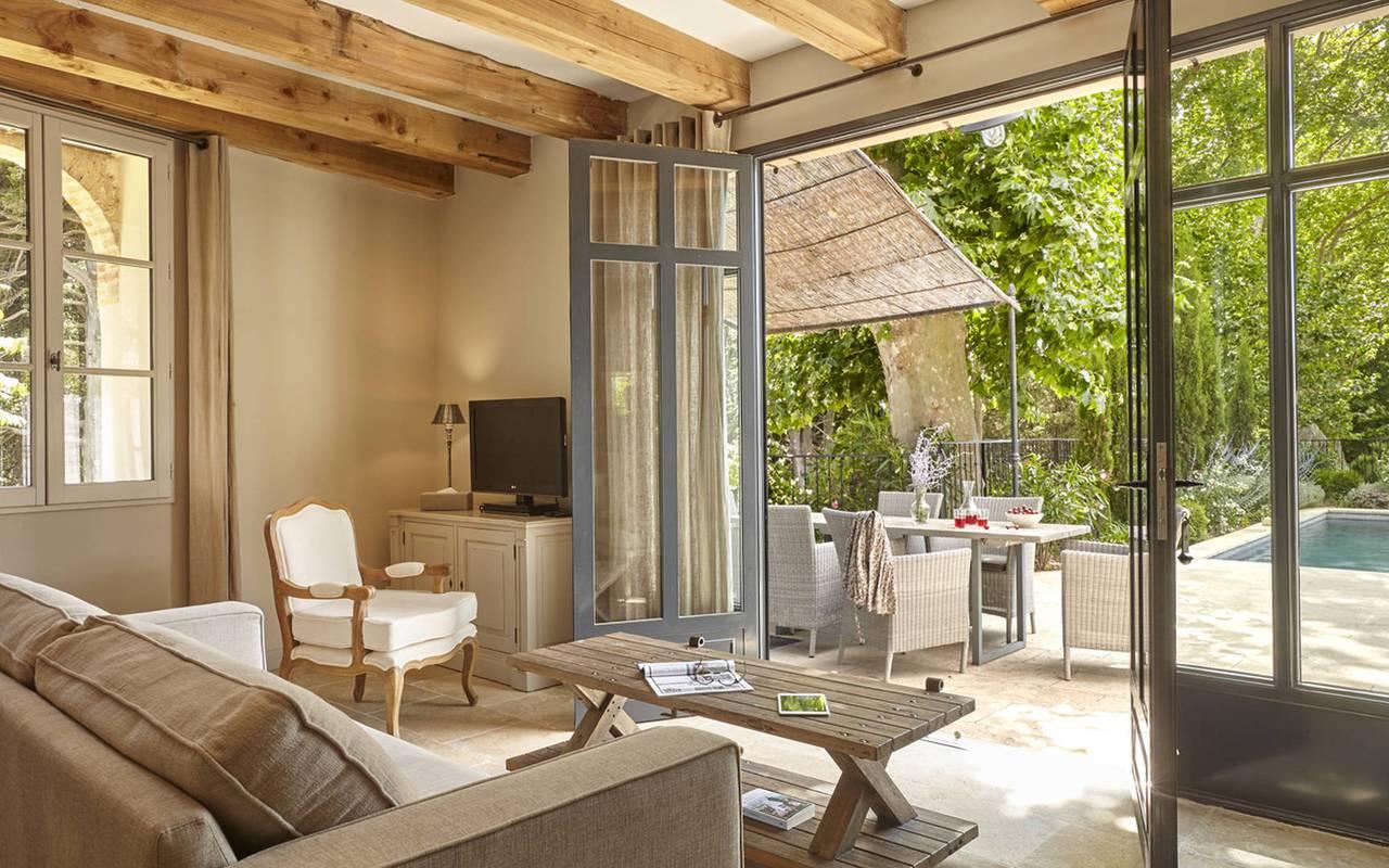 salon avec terrasse, location maison herault avec piscine, château les carrasses