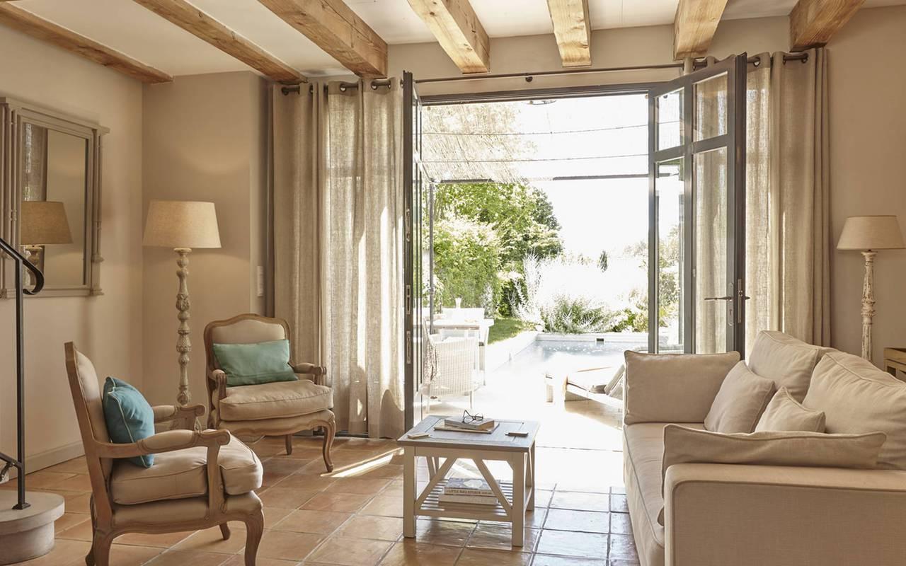 grand salon lumineux, location maison herault avec piscine, château les carrasses