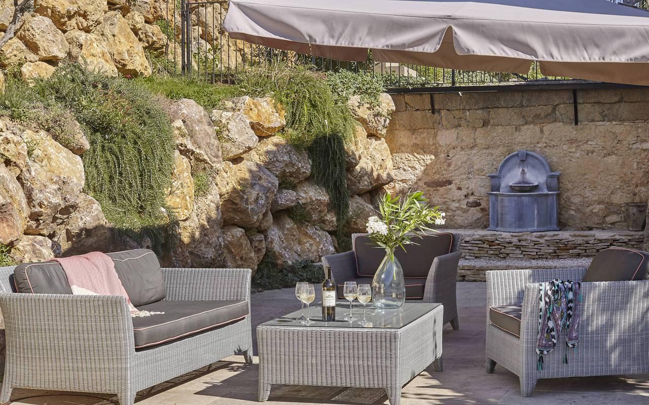 terrasse en pierre, location maison herault avec piscine, château les carrasses