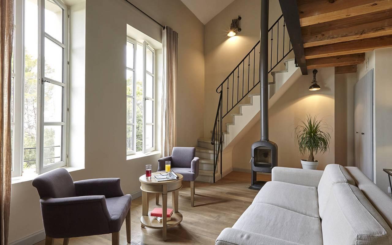 salon avec escalier, location maison herault avec piscine, château les carrasses