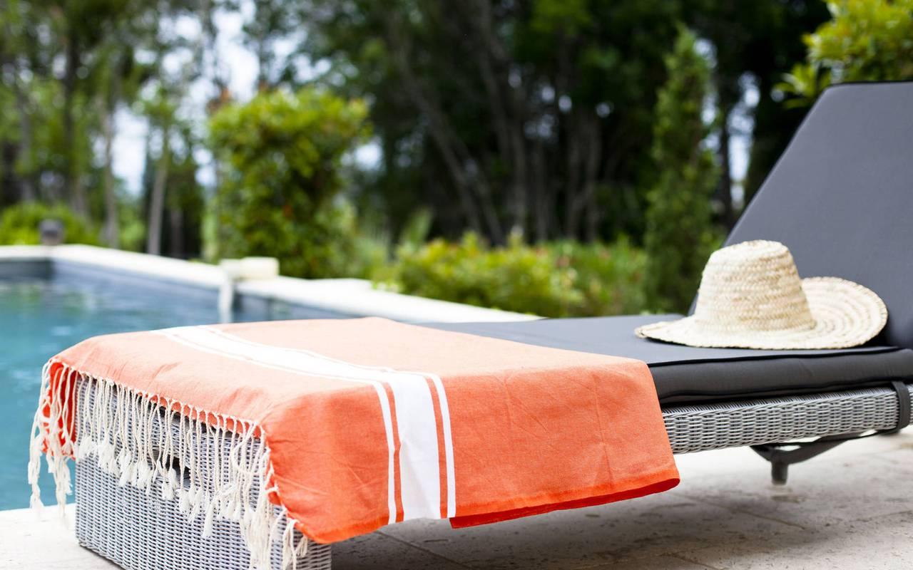 transat avec serviette et chapeau, location maison herault, château les carrasses