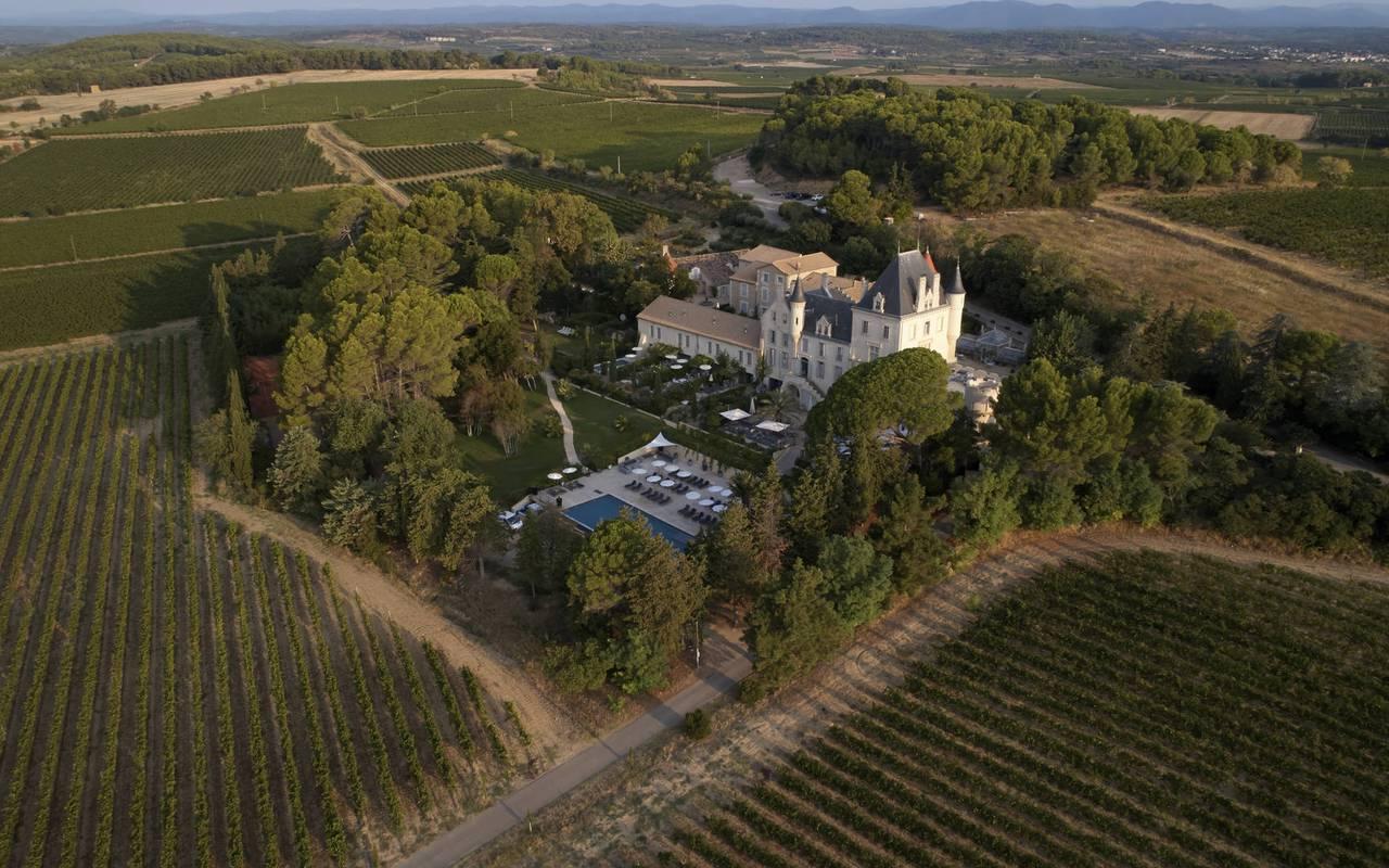 hebergement insolite occitanie, vue aérienne du château les carrasses