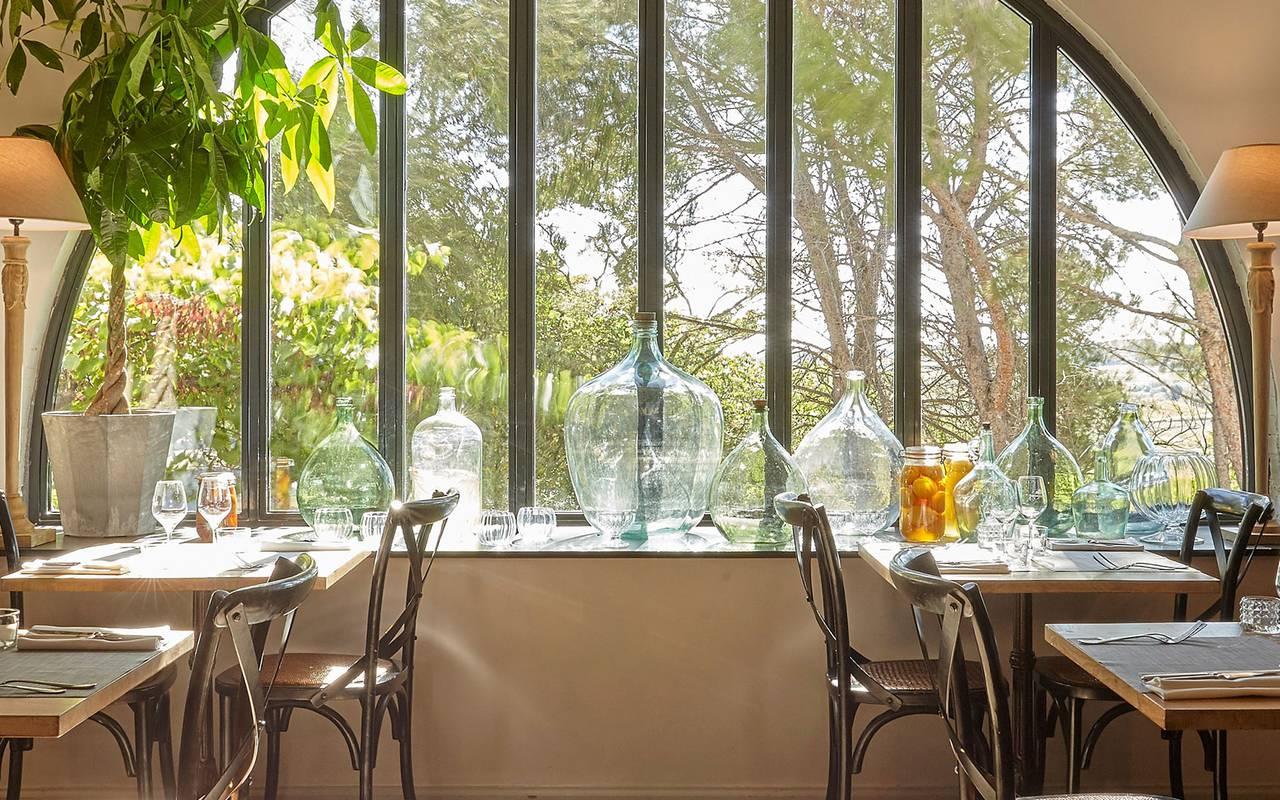salle de restaurant lumineuse, location maison herault avec piscine, château les carrasses