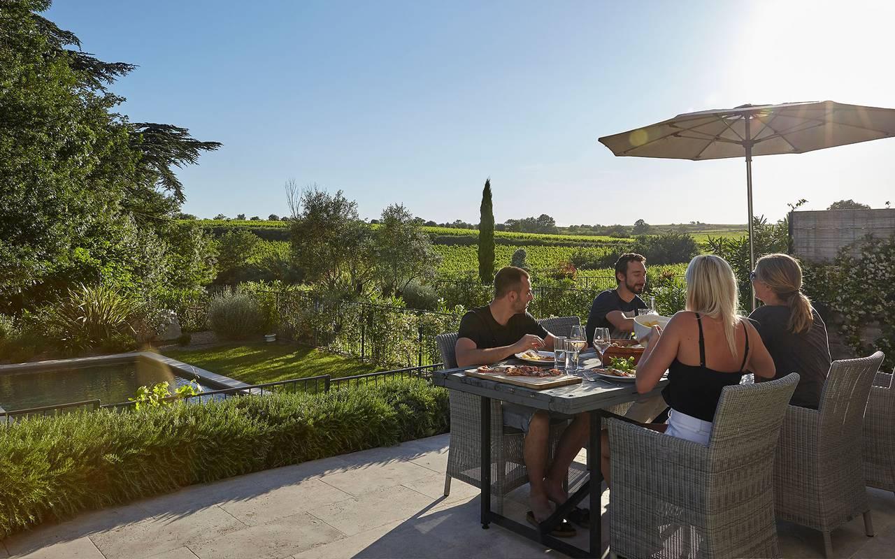 repas au soleil, location maison herault avec piscine, château les carrasses