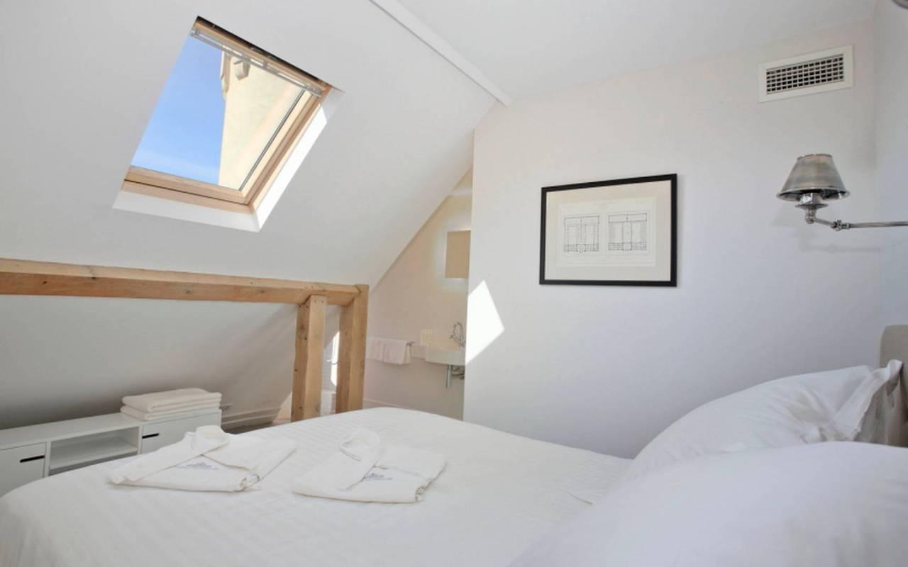 petite chambre blanche, location maison piscine narbonne, Les Carrasses