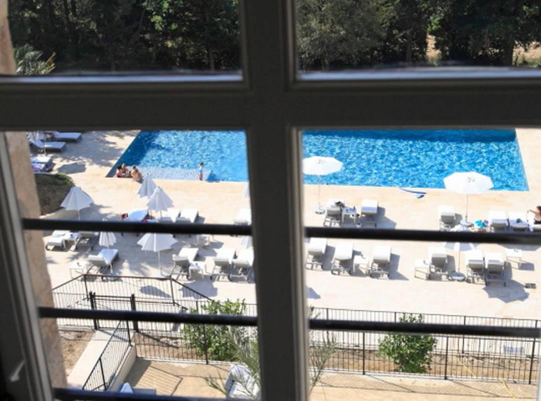 chambre avec vue sur la piscine, location maison piscine narbonne, Les Carrasses