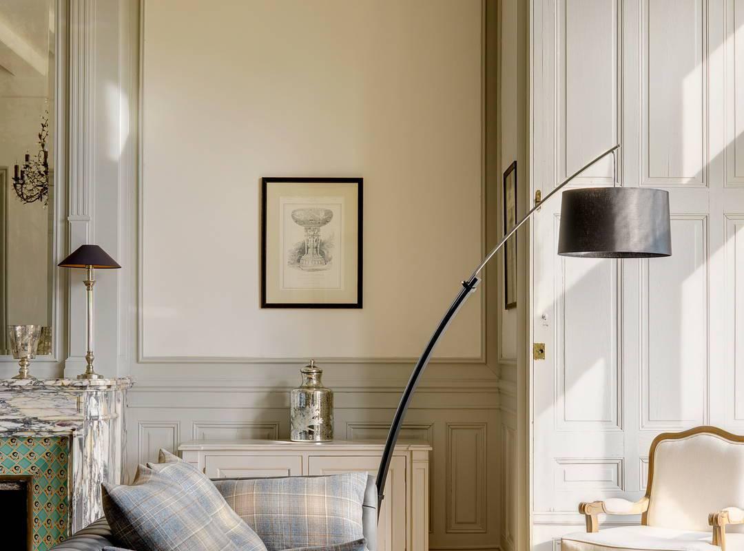canapé et lampe design, location maison béziers, Les Carrasses