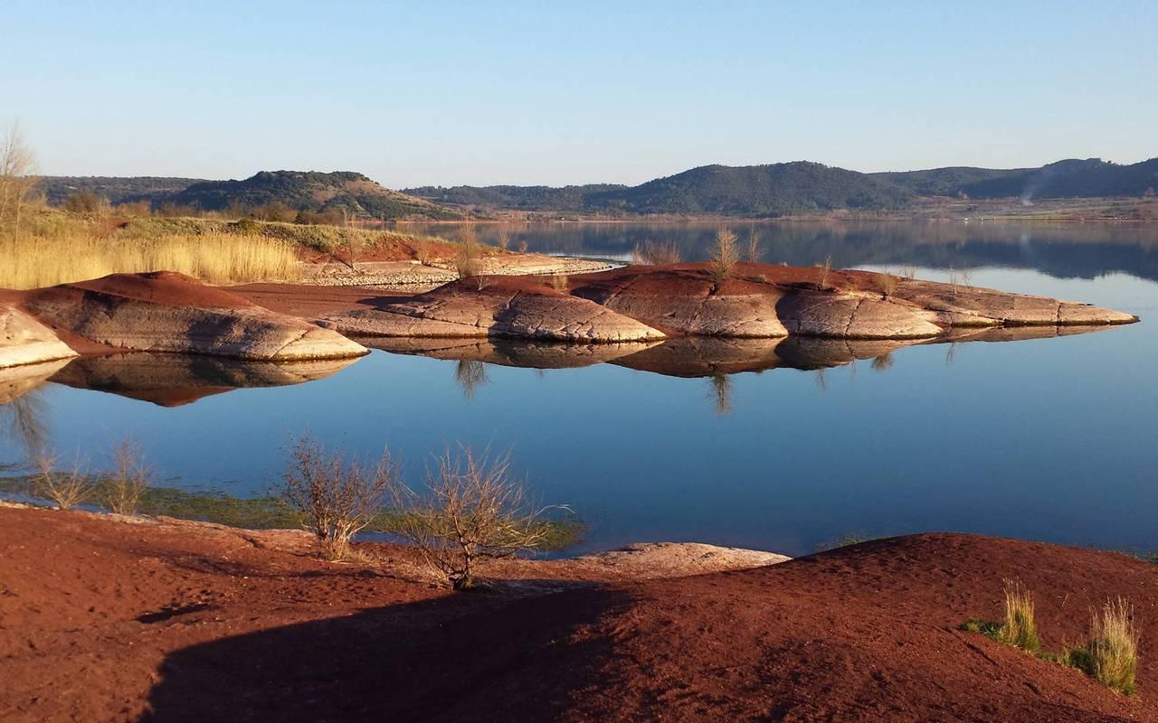 lac du salagou château les carrasses nuit insolite en languedoc roussillon