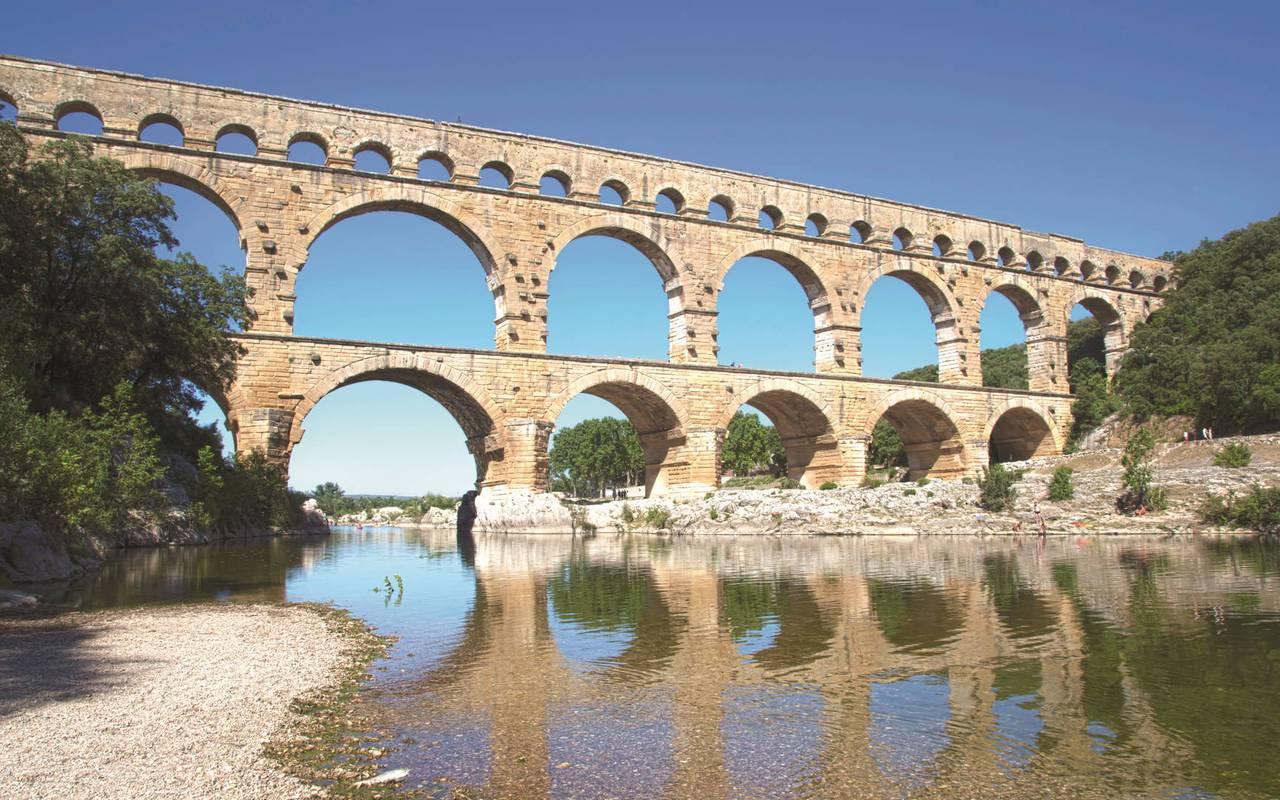 Pont du gard, château les carrasses nuit insolite en languedoc