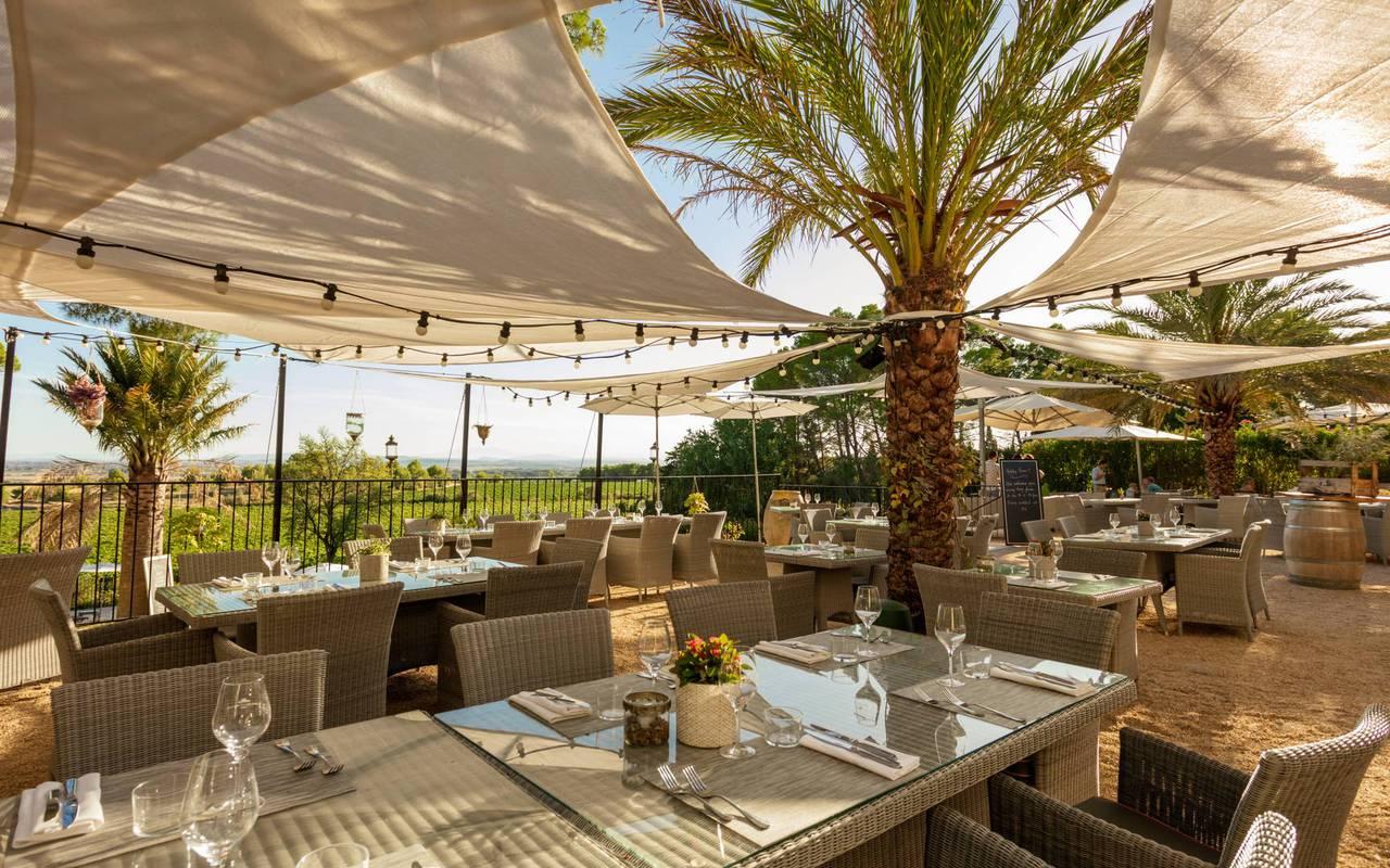 terrasse de restaurant gastronomique dans l'Hérault, les carrasses