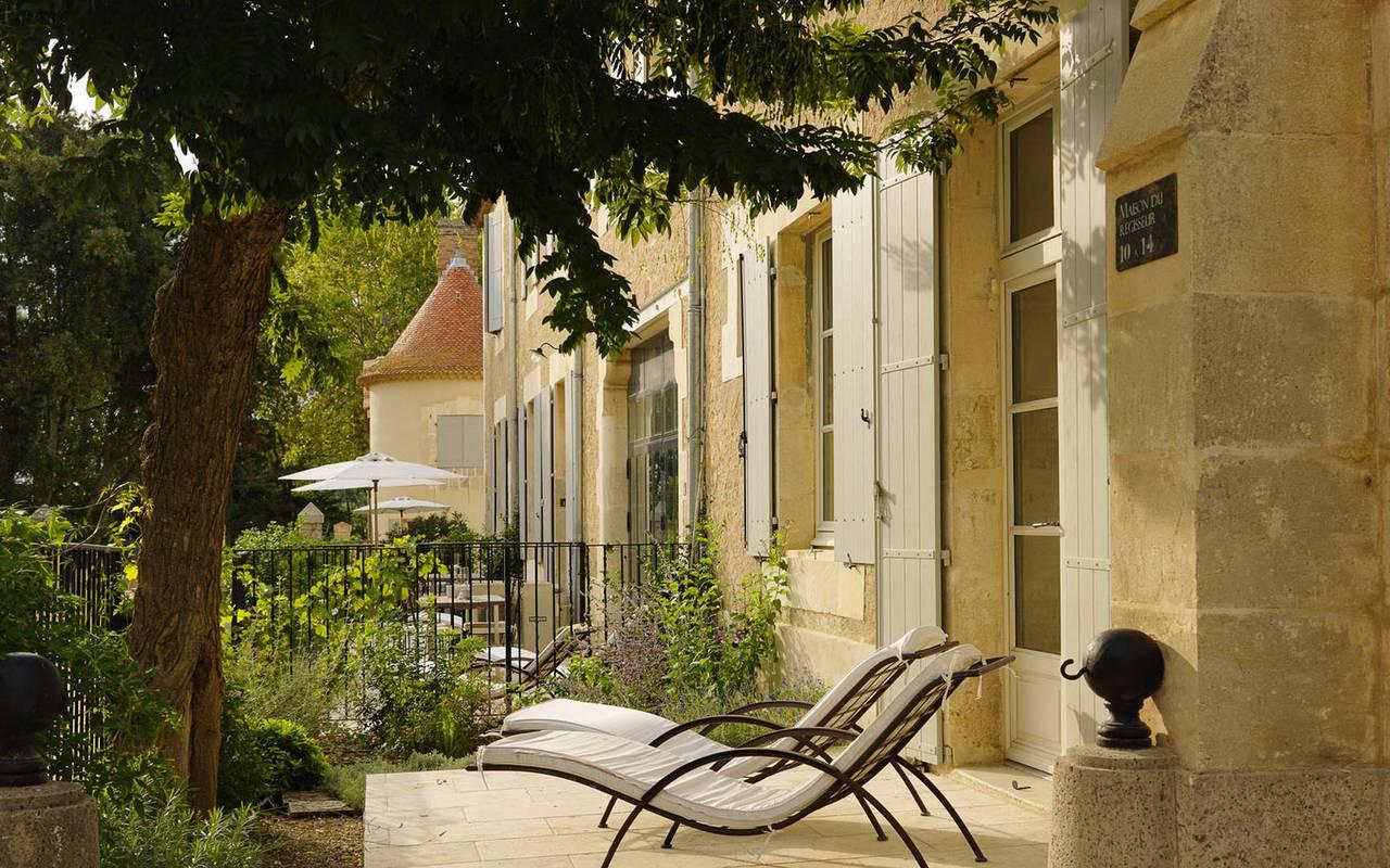 transats devant une maison en pierre, carrasses location vacances languedoc roussillon
